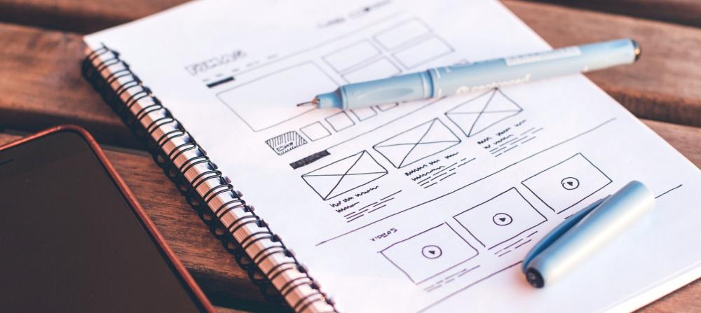 Paso 1 Elige la base del desarrollo web. Borrador de un desarrollo web en cuaderno.