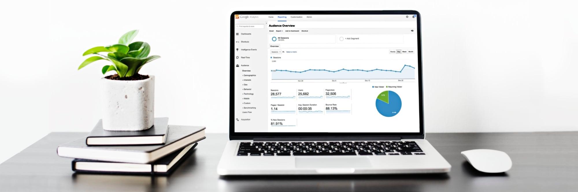 Agencia de Marketing digital en Mallorca | Lacebot. Google Analytics mostrada en pantalla de portátil (Agencia de Marketing online en Mallorca)
